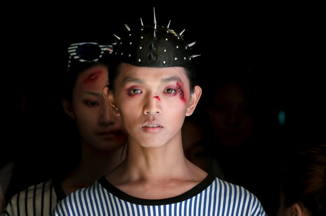 Models wait to present creations by Chinese designer Hu Sheguang for his collection show during China Fashion Week S/S 2016 in Beijing October 26, 2015. (Photo by Jason Lee/Reuters)