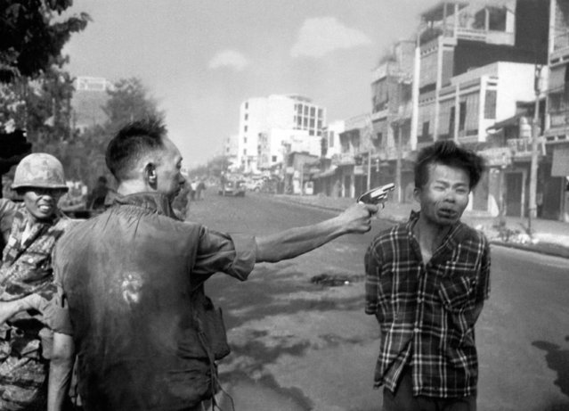 South Vietnamese Gen. Nguyen Ngoc Loan, chief of the national police, fires his pistol, shoots, executes into the head of suspected Viet Cong officer Nguyen Van Lem (also known as Bay Lop) on a Saigon street February 1, 1968, early in the Tet Offensive. (Photo by Eddie Adams/AP Photo)