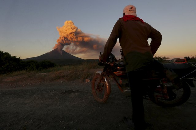 A man looks to Momotombo volcano during an eruption as seen from Papalonal village, Nicaragua, December 2, 2015. (Photo by Reuters/Stringer)