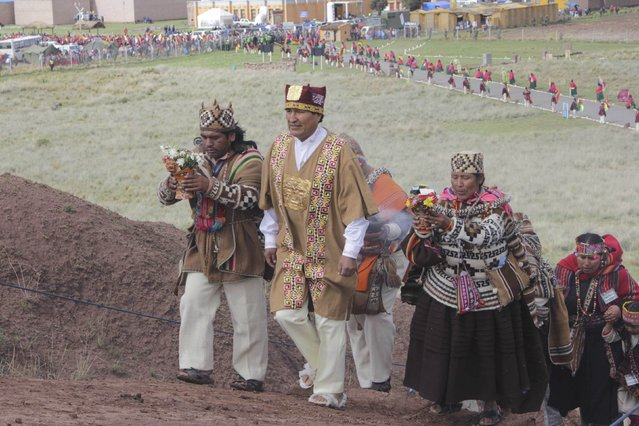 Bolivia's President Evo Morales (C) wears ceremonial clothes as he participates in an Andean ceremony in Tiahuanaco, some 70 km from La Paz, in this January 21, 2015 handout photo provided by the Bolivian Presidency. (Photo by Reuters/ABI/Bolivian Presidency)