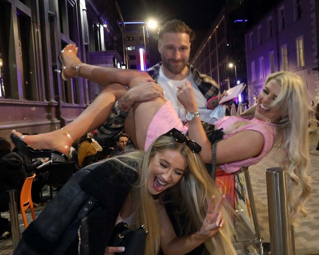 Excited Brits beamed as they grabbed a pint outside in Leeds, United Kingdom on April 17, 2021. Pubs and restaurants with outdoor space have been allowed to reopen as lockdown restrictions are eased in the UK. (Photo by Nb press ltd)