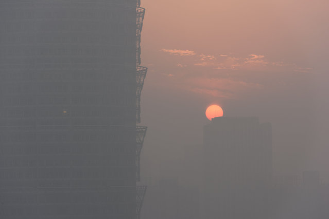 A view of sunset is seen in smog in Zhengzhou, Henan province, China January 2, 2017. (Photo by Reuters/Stringer)
