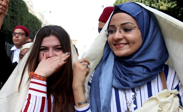"""Women wear traditional veils known as """"sefseri"""" on the National Day of Crafts and Traditional Dress in Tunis, Tunisia March 20, 2016. (Photo by Zoubeir Souissi/Reuters)"""