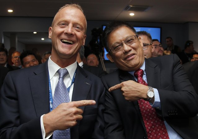 Airbus CEO Tom Enders, left poses with Singapore Technologies Engineering ltd CEO Tan Pheng Hock during an Airbus press conference at the Paris Air Show, in Le Bourget airport, north of Paris, Wednesday, June 17, 2015. Airbus has signed an agreement with Singapore based ST Aerospace to offer passenger-to freighter conversion solutions for its A320/A321aircraft. (AP Photo/Francois Mori)