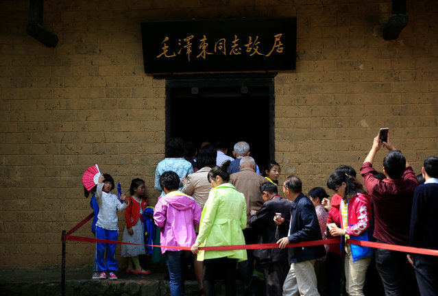 Visitors queue to enter the former residence of Mao Zedong in Shaoshan, Hunan Province in central China, 28 April 2016. (Photo by How Hwee Young/EPA)