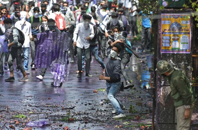 """Kashmiri students clash with Indian government forces in central Srinagar's Lal Chowk on April 24, 2017. Police fired into a crowd of stone-throwing students in Indian Kashmir on April 24, as violence in the disputed region intensified. Hundreds of student protesters shouted """"We want freedom"""" and """"Go India, go back"""" as they clashed with government forces after taking to the streets of the main city Srinagar. (Photo by Tauseef Mustafa/AFP Photo)"""
