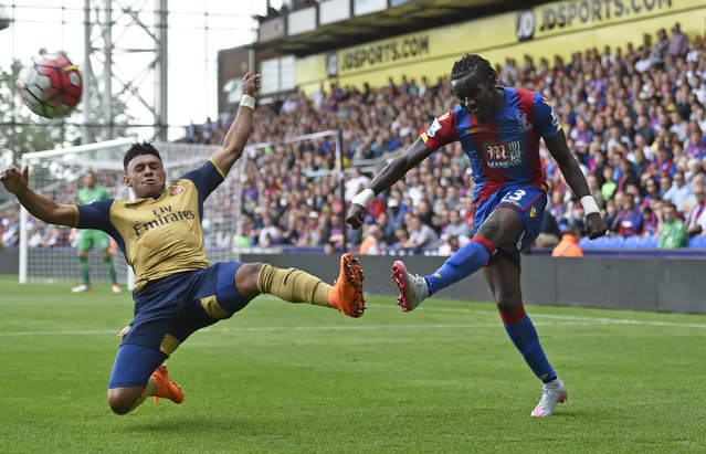 Football, Crystal Palace vs Arsenal, Barclays Premier League, Selhurst Park on August 16, 2015: Arsenal's Alex Oxlade Chamberlain in action with Crystal Palace's Pape Souare. (Photo by Toby Melville/Reuters/Livepic)