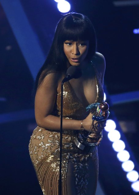 "Nicki Minaj accepts the award for best hip hop video for ""Anaconda"" at the 2015 MTV Video Music Awards in Los Angeles, California August 30, 2015. (Photo by Mario Anzuoni/Reuters)"