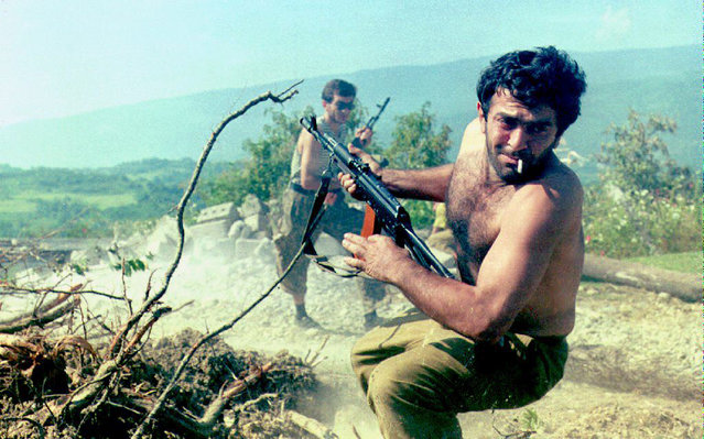 A member of the Abkhazian National Guard fires his machine gun into the air as he turns to retreat just prior to a ceasefire agreement going into effect 05 September 1992. The ceasefire was set up by both the Abkhazian and Georgian sides in the fighting. (Photo by /AFP Photo/EPA)