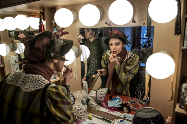 "A dancer of the Czech National Ballet applies make-up in the performers' backstage wardorbe before a performance of ""The Nutcracker – A Christmas Carol"" at the National Theatre in Prague, Czech Republic, late 16 December 2017. (Photo by Martin Divisek/EPA/EFE)"