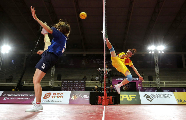 Sepak Takraw, ISTAF Super Series Finals Thailand 2014/2015, Nakhon Pathom Municipal Gymnasium, Huyjorake Maung, Nakonprathom, Thailand on October 20, 2015: Vietnam's Hoang Thi Hoa (R) and Japan's Yuumi Kawamata in action during their group stage match. (Photo by Asia Sports Ventures/Action Images via Reuters)