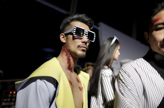 Models get ready backstage before Chinese designer Hu Sheguang's collection show during China Fashion Week S/S 2016 in Beijing October 26, 2015. (Photo by Jason Lee/Reuters)
