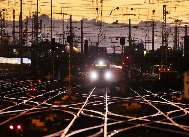 One of the last incoming trains arrives outside the main train station after Deutsche Bahn cancelled all train traffic in Germany due to heavy storms, Frankfurt, Germany, Thursday, January 18, 2018. (Photo by Michael Probst/AP Photo)