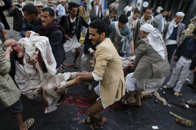 Shi'ite Houthi rebels carry wounded men after a suicide attack in Sanaa, in this October 9, 2014 file photo. (Photo by Khaled Abdullah/Reuters)