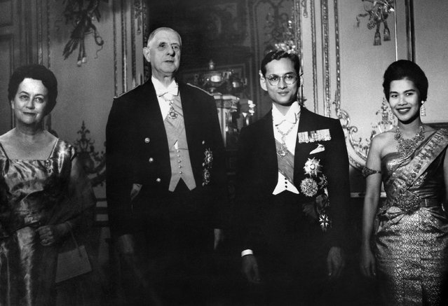 French President General de Gaulle (2nd L) and his wife Yvonne de Gaulle (L), king Bhumibol Adulyadej and his wife queen Sirikit of Thailand pose for the photographers after a diner at the Elysee Palace in Paris 12 October 1960 during an official visit of the royal couple in France. (Photo by AFP Photo)
