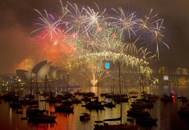 Fireworks light up the Sydney Harbour Bridge during the annual fireworks display to usher in the new year, early January 1, 2015. (Photo by Jason Reed/Reuters)