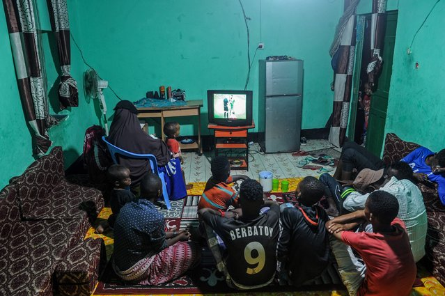 Somali people watch the first match of the 2018 FIFA World Cup between Russia and Saudi Arabia on TV in Mogadishu, on June 15, 2018. (Photo by Mohamed Abdiwahab/AFP Photo)