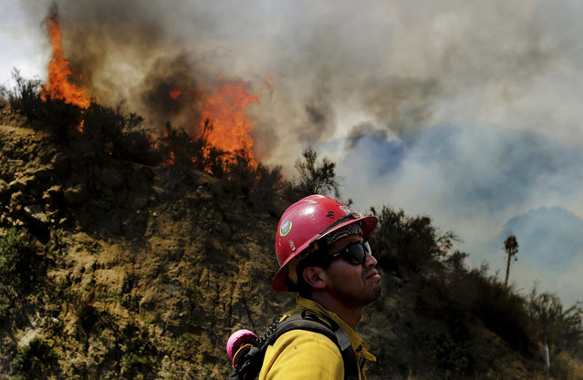 A firefighter watches as the Cranston fire grows to more 1,200 acres in the San Bernardino National Forest above Hemet, Calif., Wednesday, July 25, 2018. (Photo by Terry Pierson /The Orange County Register via AP Photo)