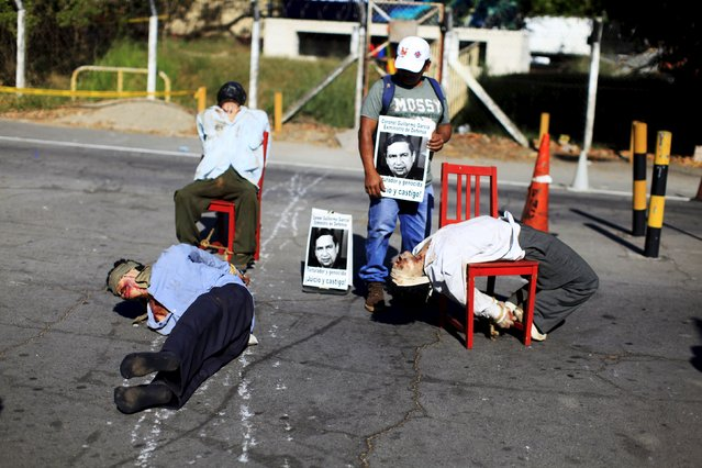Mannequins depicting torture victims are left by demonstrators protesting against former Salvadoran army general Jose Guillermo Garcia prior to Garcia's arrival, at El Salvador International Airport in San Luis Talpa January 8, 2016. The U.S. deported Garcia after an immigration judge found that he was involved in human rights violations during his tenure as El Salvador's defense minister from 1979 to 1983. (Photo by Jose Cabezas/Reuters)